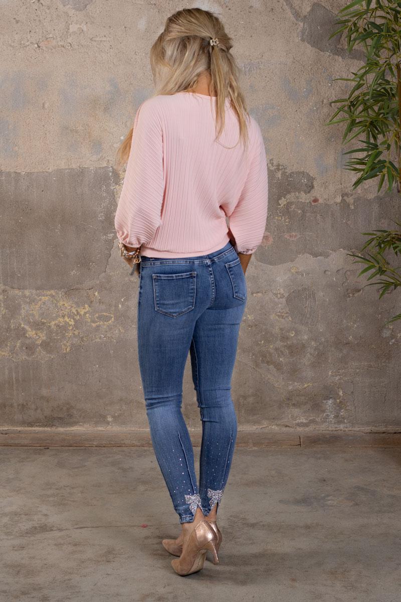 Astrid---Plisserad-topp-med-Knyt-rosa-bak-och-strass-rosett-bak
