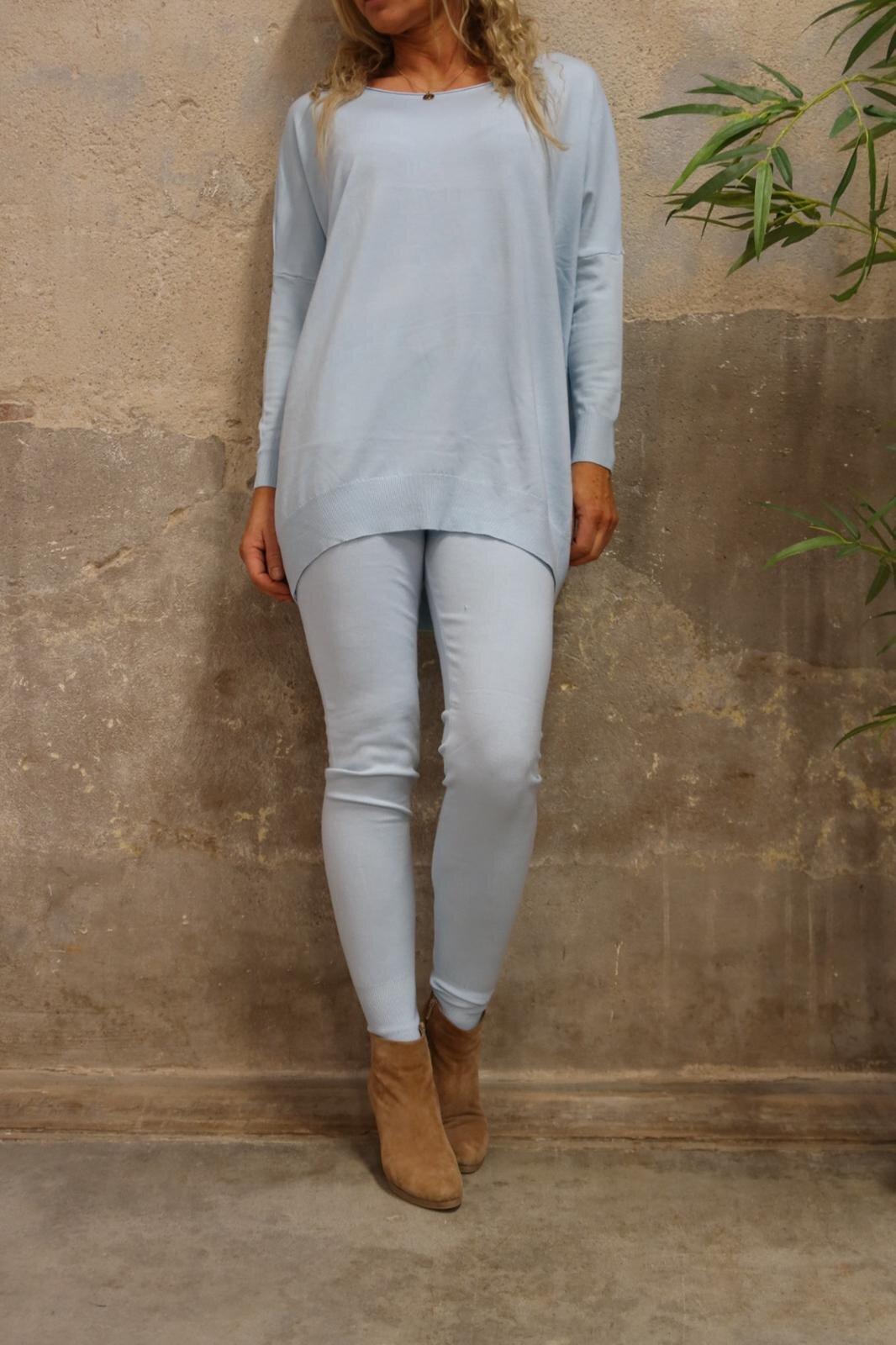 Brittany - Strikket sett - Genser og bukser - Lyseblå