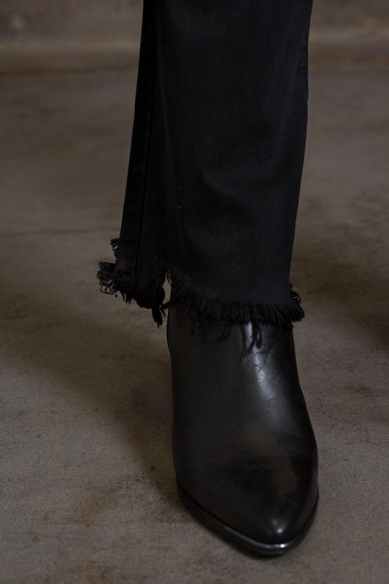 Jeans-FL2020---Utsvangda-ben-svart-detalj