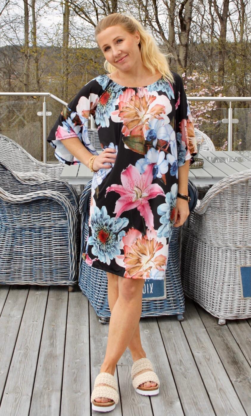 Lucinda - Klänning med Trumpetärm o Stora blommor - Svart/Blå