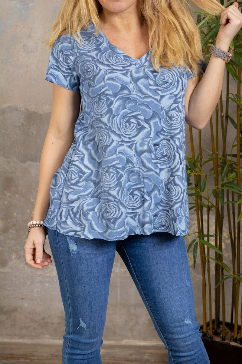 Marina - T-skjorte med V-hals - Roser - Blå