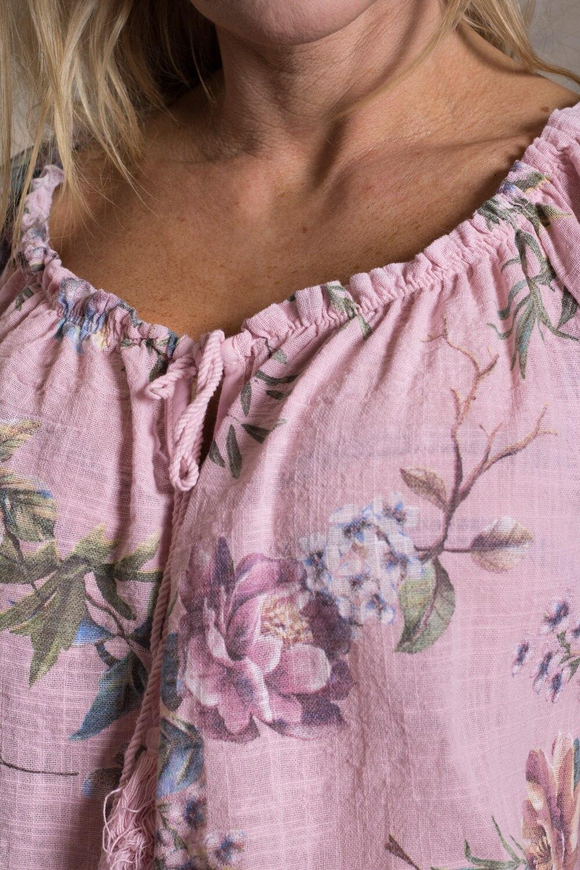Mimi---Tunika-i-Linnetyg---Blommig---Rosa-detalj