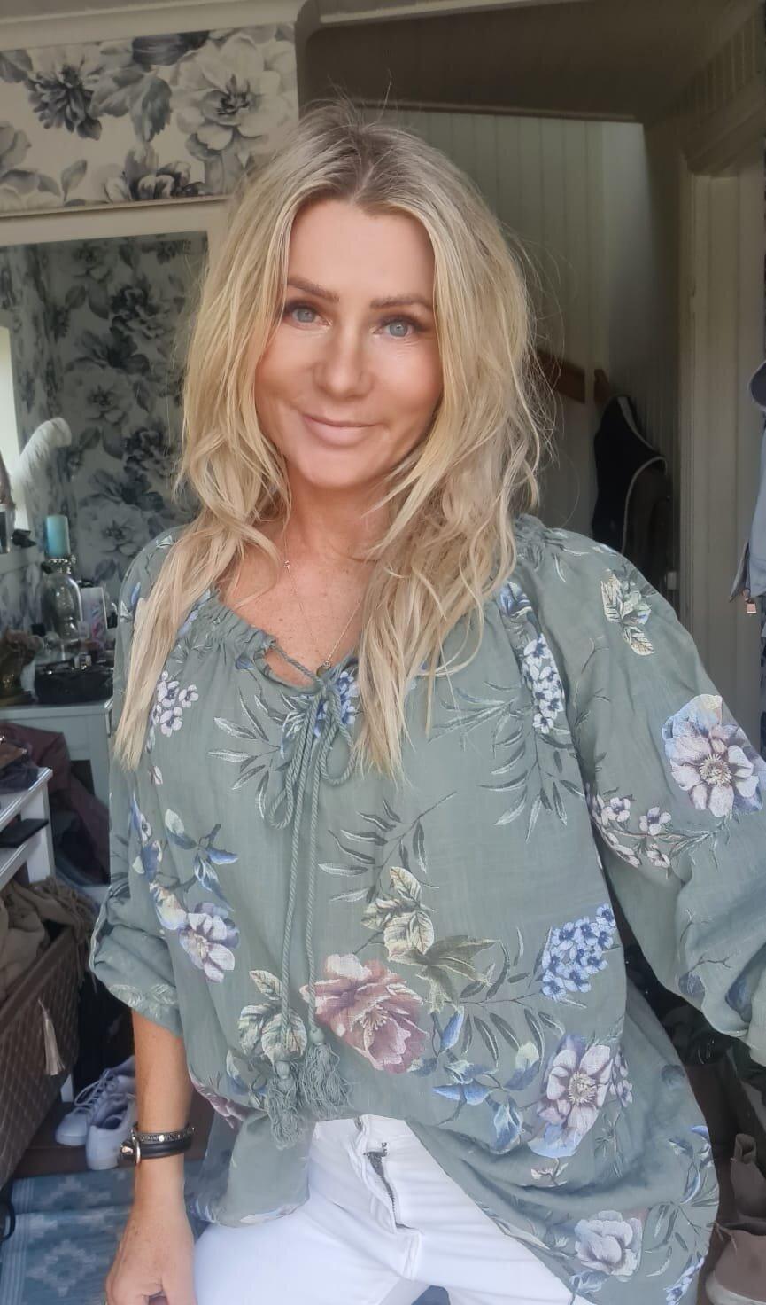 Mimi - Blommig tunika med Knyt  - Khaki