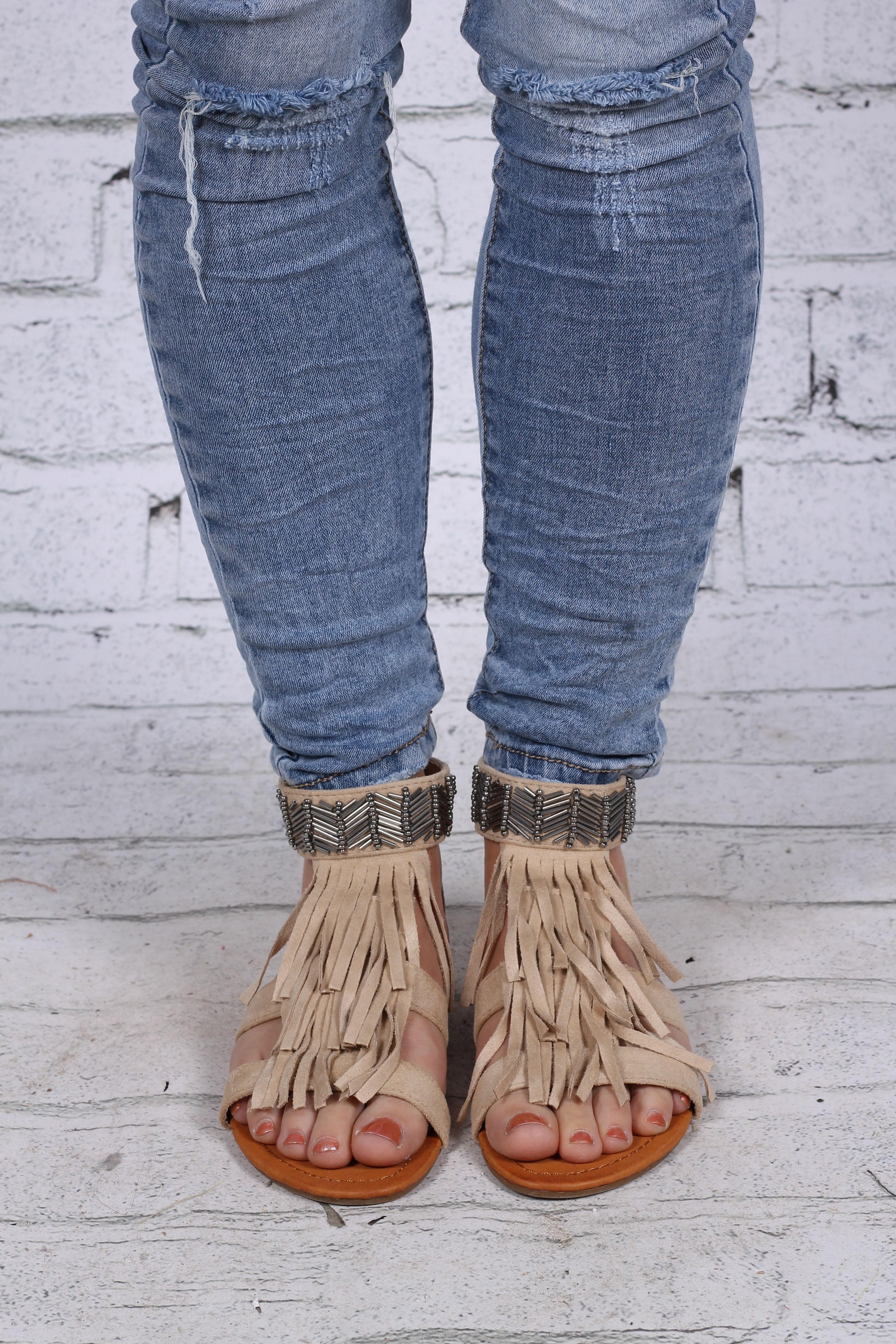 Sandaler med pärlor beige fram
