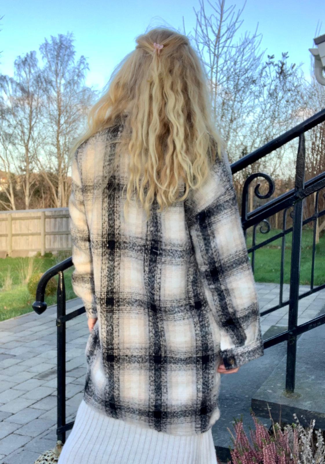 lang-skjortjacka-rutig-beigegra4