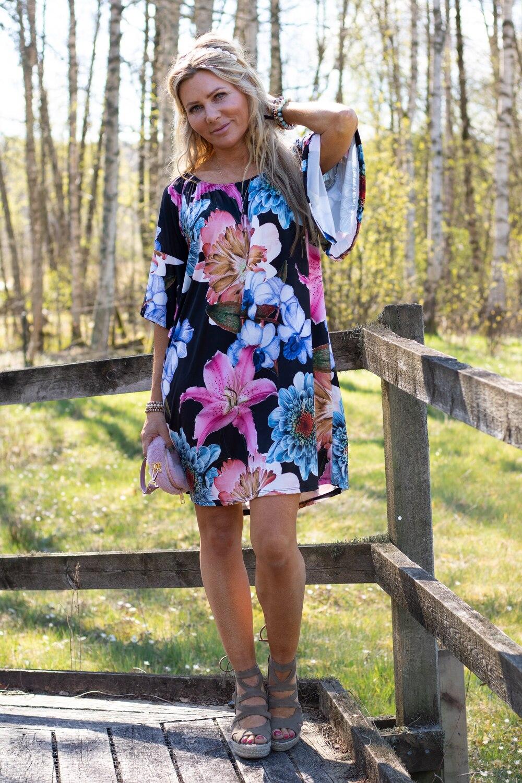 lucinda-stora-blommor-svart-fb