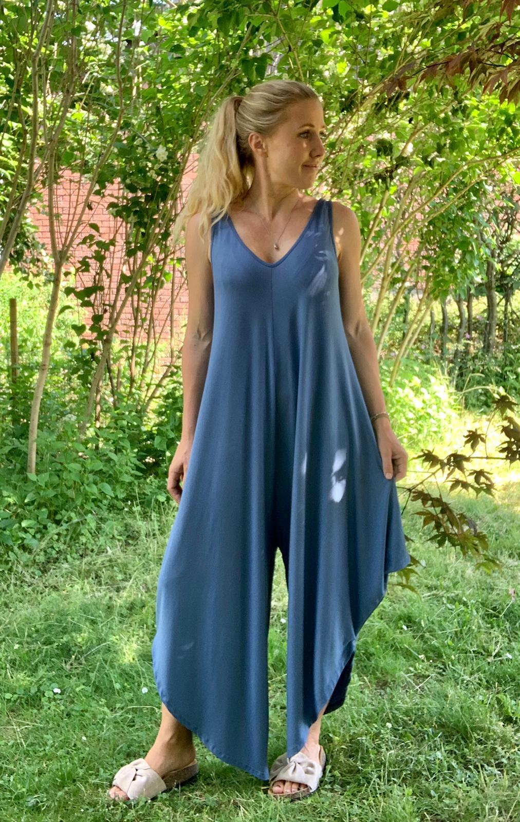 theodora-jumpsuit-jeansblå-mobil-ute